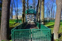 Na otwartym powietrzu klatka w Peterhof, St Petersburg, Rosja Zdjęcia Stock