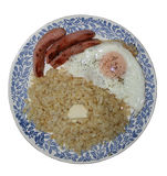 Na półkowej bulgur owsiance Smażyć jajeczne i piec na grillu kiełbasy Zdjęcie Royalty Free