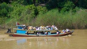 Na Październiku 2015, pasażery używa łódź dla transportu na Inle jeziorze, Myanmar zdjęcia royalty free