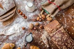 Na padaria, ainda na vida com mini croissant, no pão, no leite, nas porcas e na farinha Imagens de Stock