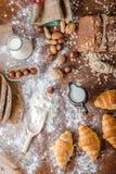 Na padaria, ainda na vida com mini croissant, no pão, no leite, nas porcas e na farinha Imagem de Stock Royalty Free