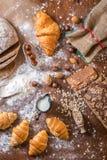 Na padaria, ainda na vida com mini croissant, no pão, no leite, nas porcas e na farinha Foto de Stock Royalty Free