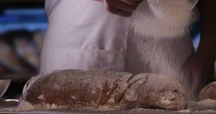 Na padaria, as mãos do padeiro são consideradas muito proximamente vídeos de arquivo