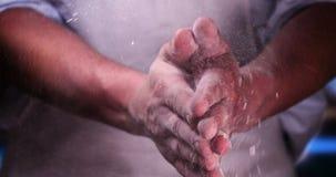 Na padaria, as mãos do padeiro são consideradas muito proximamente filme