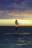 Na paddle desce wschód słońca joga Obrazy Royalty Free