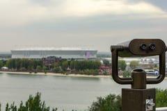 Na panoramicznym balkonie stoi parę lornetki z widokiem stadium Obrazy Stock