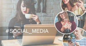 Na parte direita da imagem há uns ícones redondos com imagem das meninas com smartphones Fotos de Stock Royalty Free