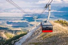 Na parte superior do cume da montanha sobre a vila de Teton imagens de stock royalty free