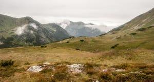 Na passagem de montanha de Zavory que divide vales do dolinka de Zadna Ticha e de Kobylia em montanhas de Tatra em Eslováquia Imagens de Stock Royalty Free