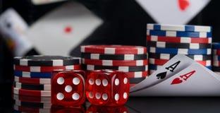 Na perspectiva dos cartões de voo, de dois dados vermelhos e de microplaquetas para apostar no casino, na tabela preta, com refle foto de stock royalty free