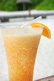 Na piasek plaży pomarańczowy koktajl, Maldives obrazy royalty free