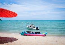 Na piasek plaży bananowa łódź Zdjęcia Royalty Free