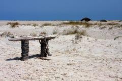 Na piaskowatej plaży surowa ławka Obraz Stock