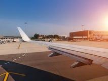 Na pista de decolagem Aviões no terminal de aeroporto com o céu azul limpo para trás fotografia de stock royalty free