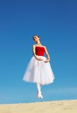 Na plaży baletniczy tancerz fotografia stock