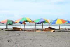 Na plaży kolorowi parasols obraz royalty free