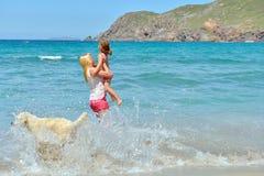 Na plaży młoda rodzina Fotografia Stock