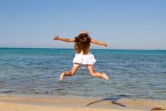 Na plaży młodej kobiety doskakiwanie Obraz Stock