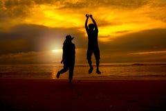 Na plaży pary szczęśliwy doskakiwanie obrazy stock