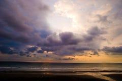 Na plaży piękny zmierzch Fotografia Stock