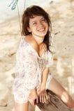 Na plaży roześmiana dziewczyna. Obraz Stock