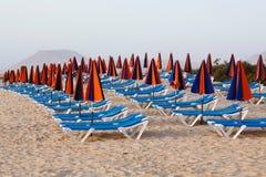 Na plaży słońc loungers Zdjęcia Royalty Free