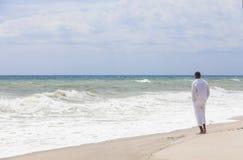 Na Plaży Samotnie Amerykanin afrykańskiego pochodzenia Mężczyzna obrazy royalty free