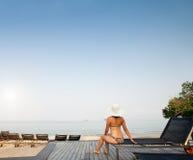 Na plaży abstrakcjonistyczna kobieta Zdjęcia Stock