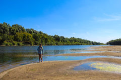Na plaży dziewczyny obsiadanie Fotografia Royalty Free