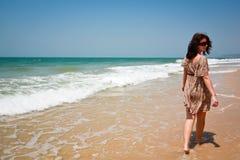 Na plaży kobiety odprowadzenie Obraz Royalty Free