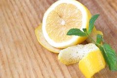 Na placa de desbastamento Limão amarelo com o ramo fresco da hortelã Foto de Stock Royalty Free