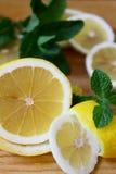 Na placa de desbastamento Limão amarelo com o ramo fresco da hortelã Imagens de Stock Royalty Free