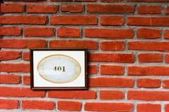 401 na placa de identificação contra a parede de tijolo Fotografia de Stock Royalty Free