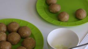 Na placa s?o as bolas dos biscoitos com leite condensado Placas para PNF do bolo Est?o em seguida os hashis para doces filme
