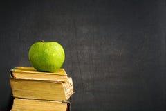 Na podręczniku zielony jabłko obrazy stock