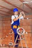 Na podsufitowych drutach elektryka działanie Obrazy Royalty Free
