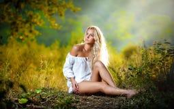 Na polu blondynki zmysłowa młoda kobieta zdjęcia royalty free
