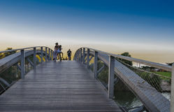 Na ponte de pedestres na hora azul Imagens de Stock