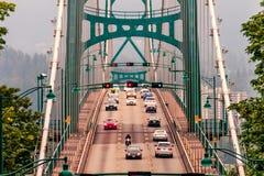 Na ponte em três fileiras há carros e uma motocicleta Fotografia de Stock Royalty Free