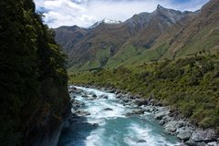 Na ponte que cruza o rio ocidental de Matukituki perto de Rob Roy Glacier perto de Wanaka em Nova Zelândia fotografia de stock royalty free