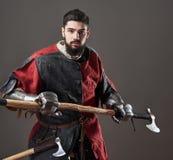 Na popielatym tle średniowieczny rycerz Portret brutalny brudny twarz wojownik z łańcuszkowej poczta zbroi czerni i czerwieni ubr Obraz Royalty Free