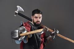 Na popielatym tle średniowieczny rycerz Portret brutalny brudny twarz wojownik z łańcuszkowej poczta zbroi czerni i czerwieni ubr Obrazy Royalty Free