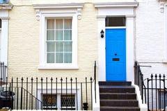 na porta suburbana velha da parede de Londres Inglaterra imagens de stock royalty free