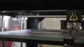 Na pracującej platformie 3d drukarki printhead rusza się wzdłuż ciosk zbiory wideo