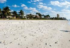 Na praia com areia-Nápoles fina, florida Fotos de Stock
