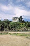Na praia no St-Moldar-le-Guildo, France foto de stock