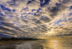 Na praia, sob as nuvens Imagens de Stock