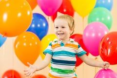 Na przyjęciu urodzinowym dzieciak szczęśliwa chłopiec zdjęcie stock