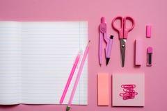 Na różowym tle, szkolni akcesoria i pióro, barwioni ołówki, para kompasy, para kompasy, kopii przestrzeń, wierzchołek rywalizują Obraz Stock