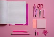 Na różowym tle, szkolni akcesoria i pióro, barwioni ołówki, para kompasy, para kompasy, kopii przestrzeń, wierzchołek rywalizują Obrazy Stock